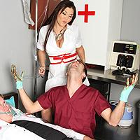 Dottoressa tettona inculata dal paziente